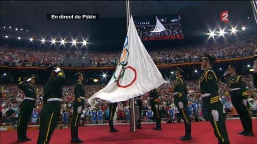 larmee-chinoise-leve-le-drapeau-olympique
