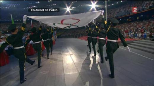 larmee-chinoise-prend-possession-du-drapeau-olympique