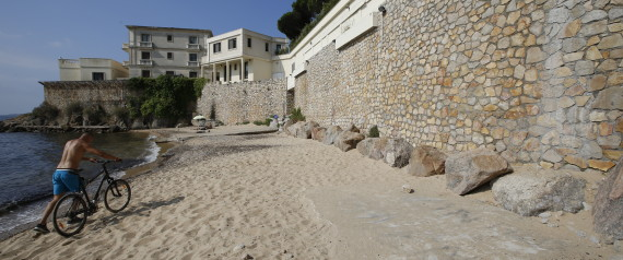 "General view of the public beach called ""La Mirandole"", located below a villa owned by the Saudi King, on July 20, 2015 in Vallauris, southeastern France. Beach lovers on the French Riviera expressed their anger on July 19 over the imminent arrival of the Saudi royal family, who have ordered the long stretch of beach to be closed off to the public. AFP PHOTO / VALERY HACHE"